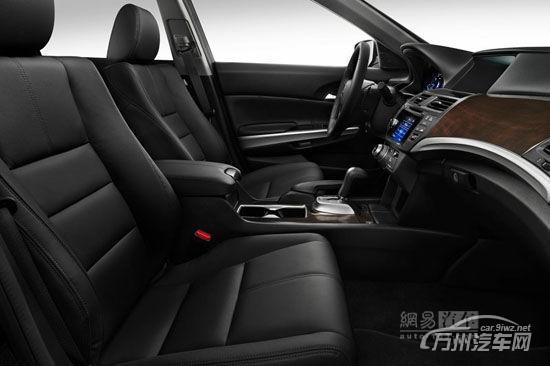 悦翔是长安汽车2009年推出的A0级轿车,其后在此基础上推出了改款版的悦翔V5车型于2012年推出,同时悦翔也分化为车型系列,在2012年还推出了更加紧凑的悦翔V3车型。新一代车型轴距加长后,将达到2575mm左右,刚好介于目前的悦翔和逸动车型之间。  新的测试车看上去仍然是现款悦翔,不过我们注意到,车身中后部进行了截断加长,后排车门框的后部,以及车顶的B柱位置后方,都进行了加长。这不是要推出长轴版的悦翔,而是在为新一代悦翔车型进行测试,当然新一代车型的车体框架,以及外观、内饰设计都将会是全新的,目前的